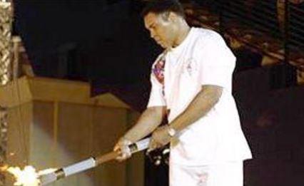 1986年アトランタオリンピックで聖火台に火を灯したモハメドアリ